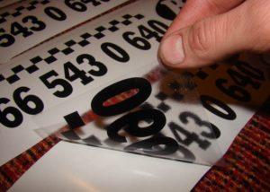 Перенос букв с помощью монтажной пленки